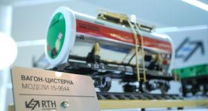 """Модель вагона-цистерны 15-9544 на выставочном стенде УК """"Рейлтрансхолдинг"""". Источник: Фотобанк V Международного железнодорожного салона техники и технологий EXPO 1520."""