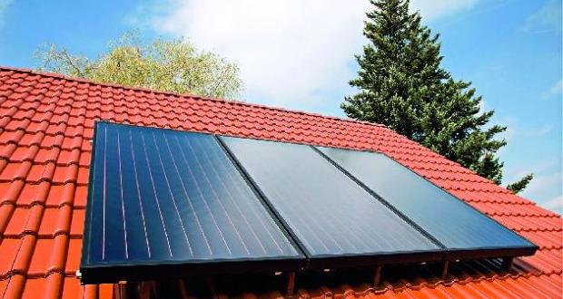 Солнечный коллектор на крыше жилого дома.